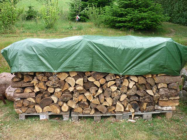 Brennholz perfekt abgedeckt | HERA Holzplanenspanner