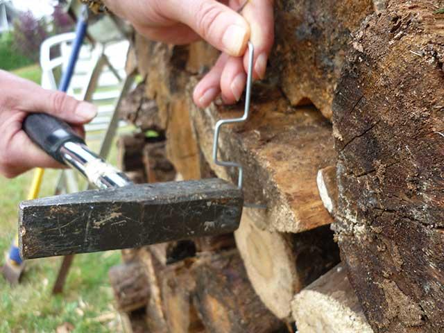 HPS mit Hammer oder Beil auf Spannung einschlagen